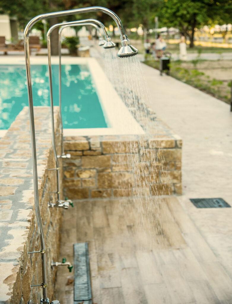ντουζιέρα-πισίνας