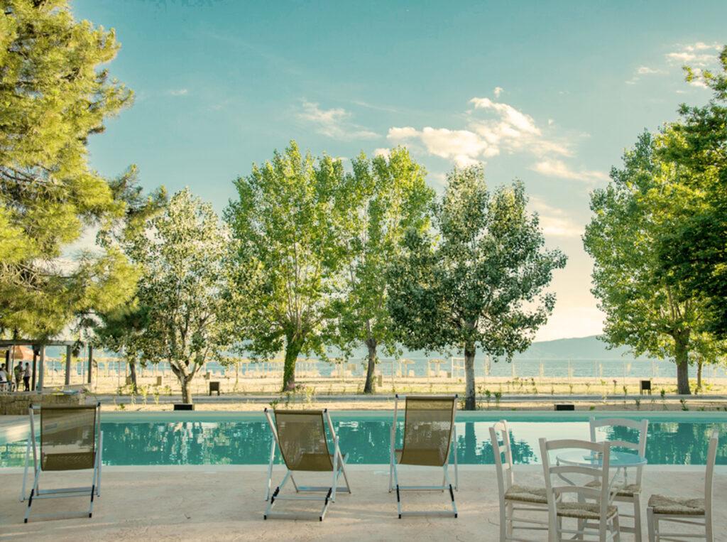 πισίνα στο mareleon και καρέκλες