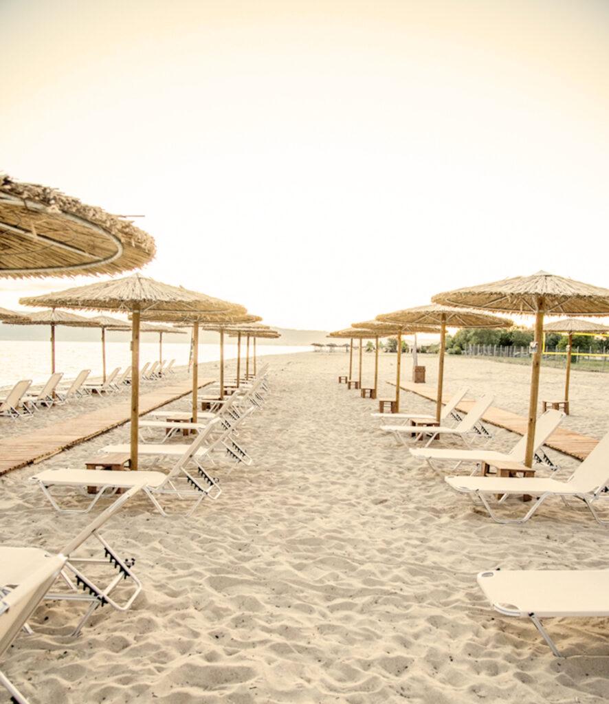 ξαπλώστρες στην παραλία