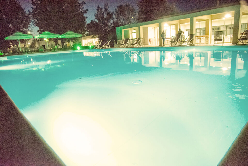 η πισίνα το βράδυ στο καμπινγκ